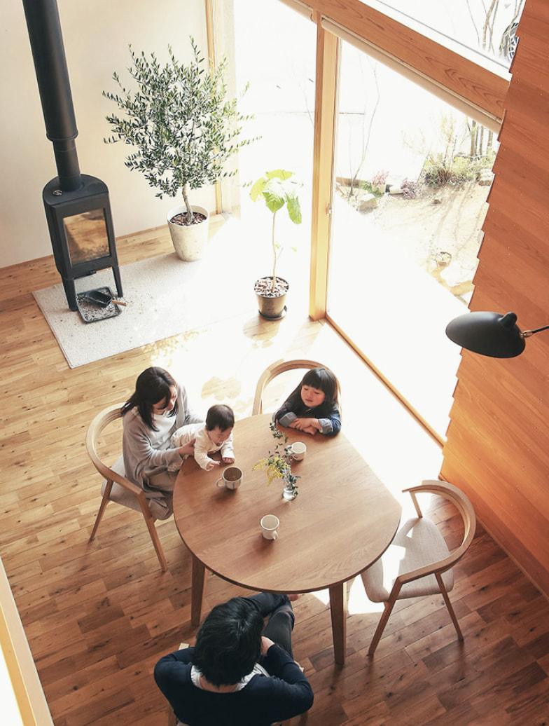 木が香る家で暮らす家族