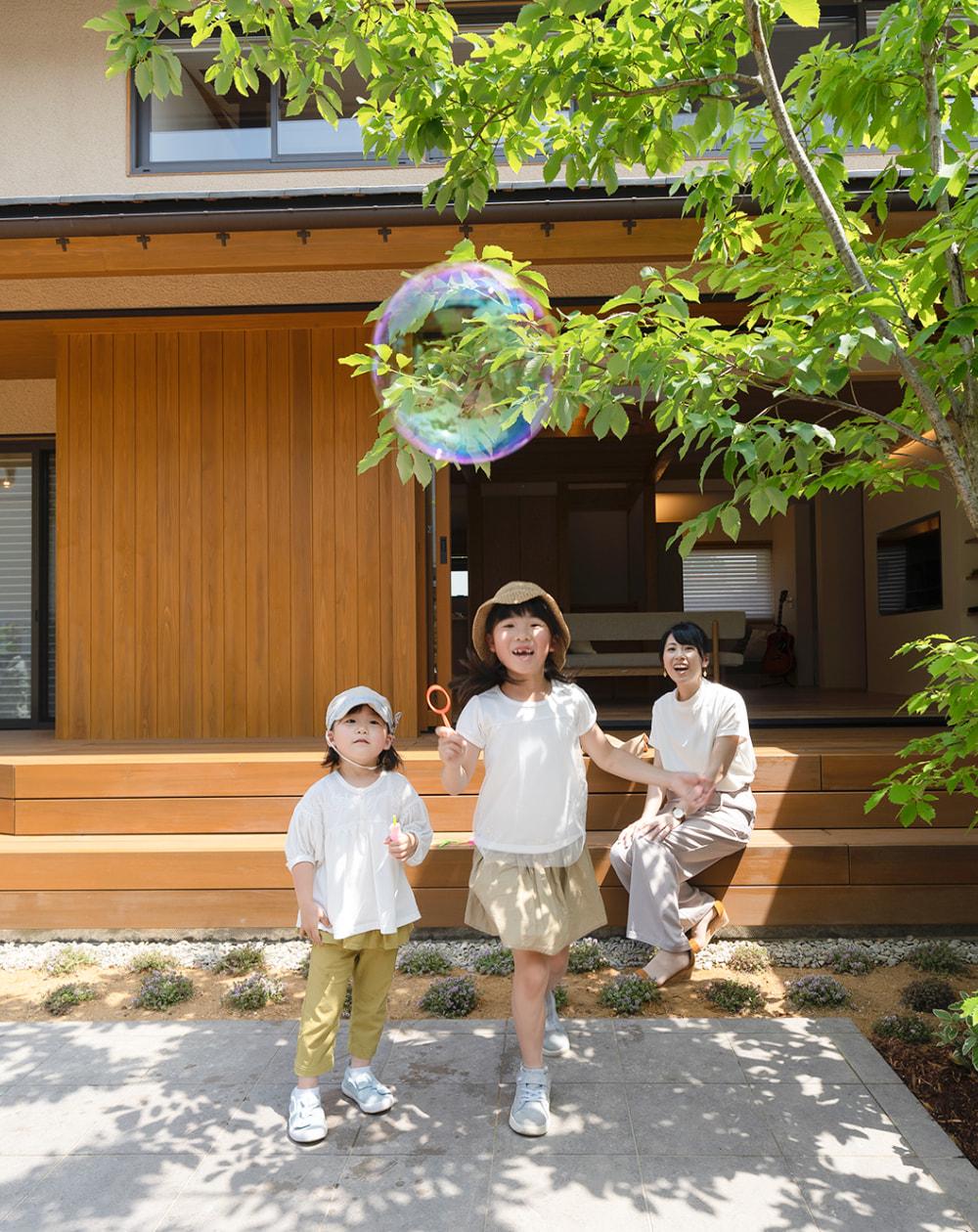 庭先で遊ぶ家族